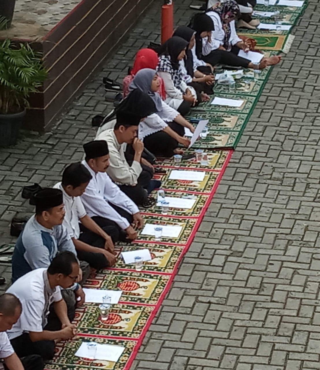 Siswa/siswi SDN Duri Kosambi 07 Jakarta Barat, Penuh Hikmat Mengikuti Istighoza