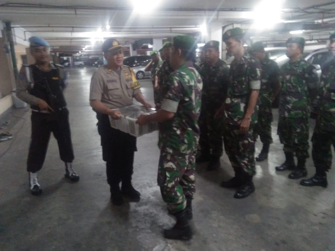 Ungkapkan Rasa Terimakasih' Polsek Tanjung Duren Serahkan Bantuan Tali Kasih Kepada BKO TNI