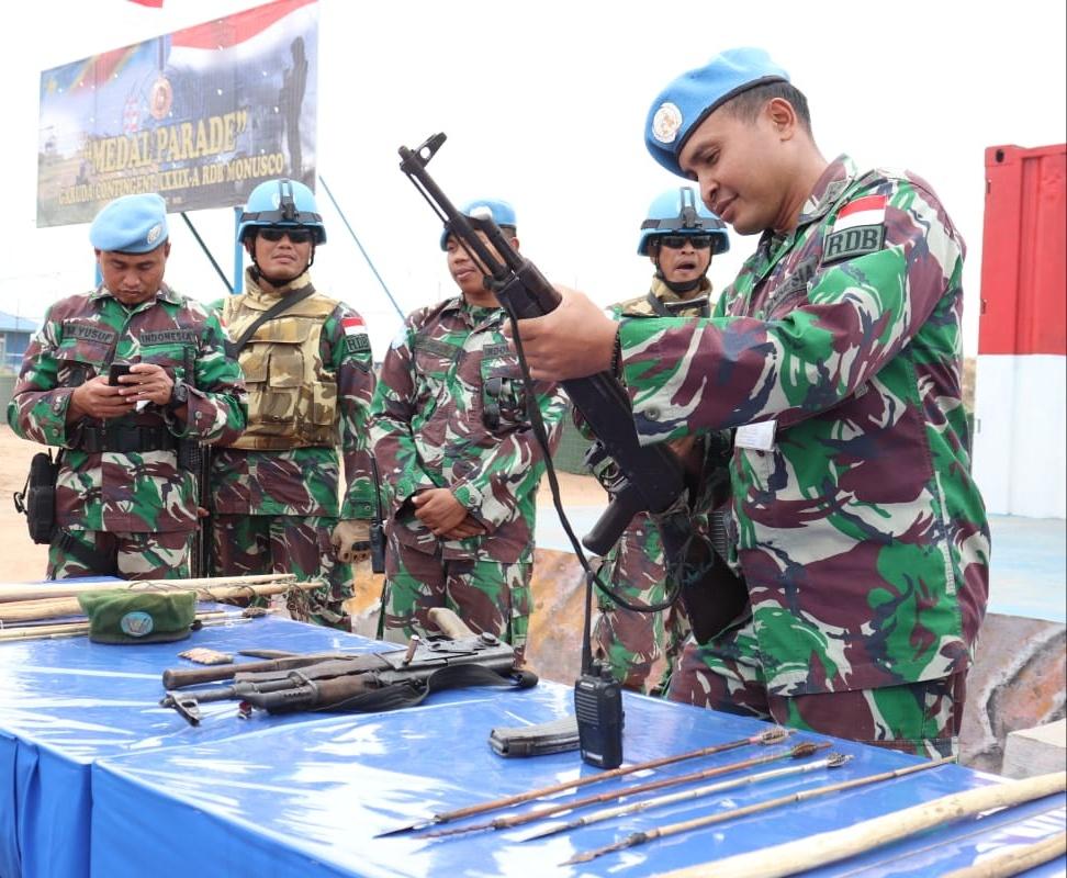 Sukarela, 10  Ex-Combatan Liwa Serahkan Dua Pucuk AK-47 ke Satgas _Indo RDB MONUSCO