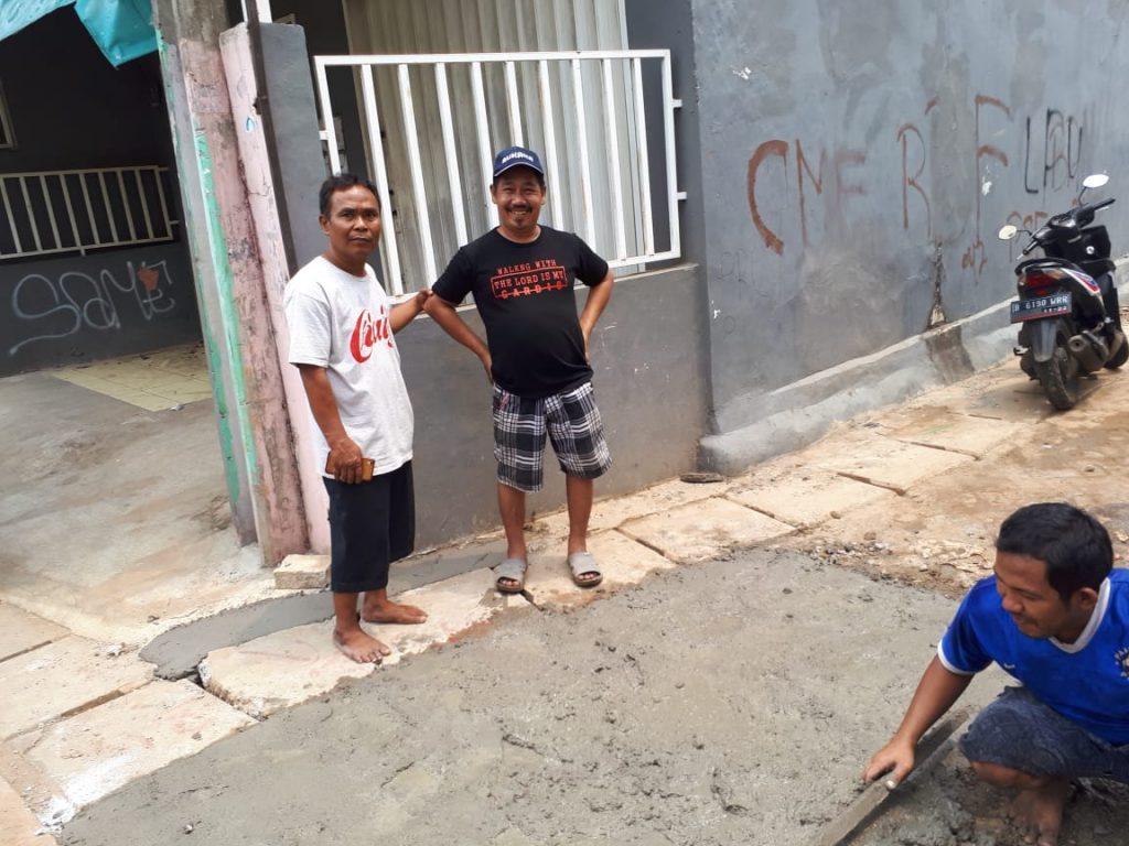 Peduli Lingkungan, Wasikin Perbaiki Jalan Dekat Rumahnya