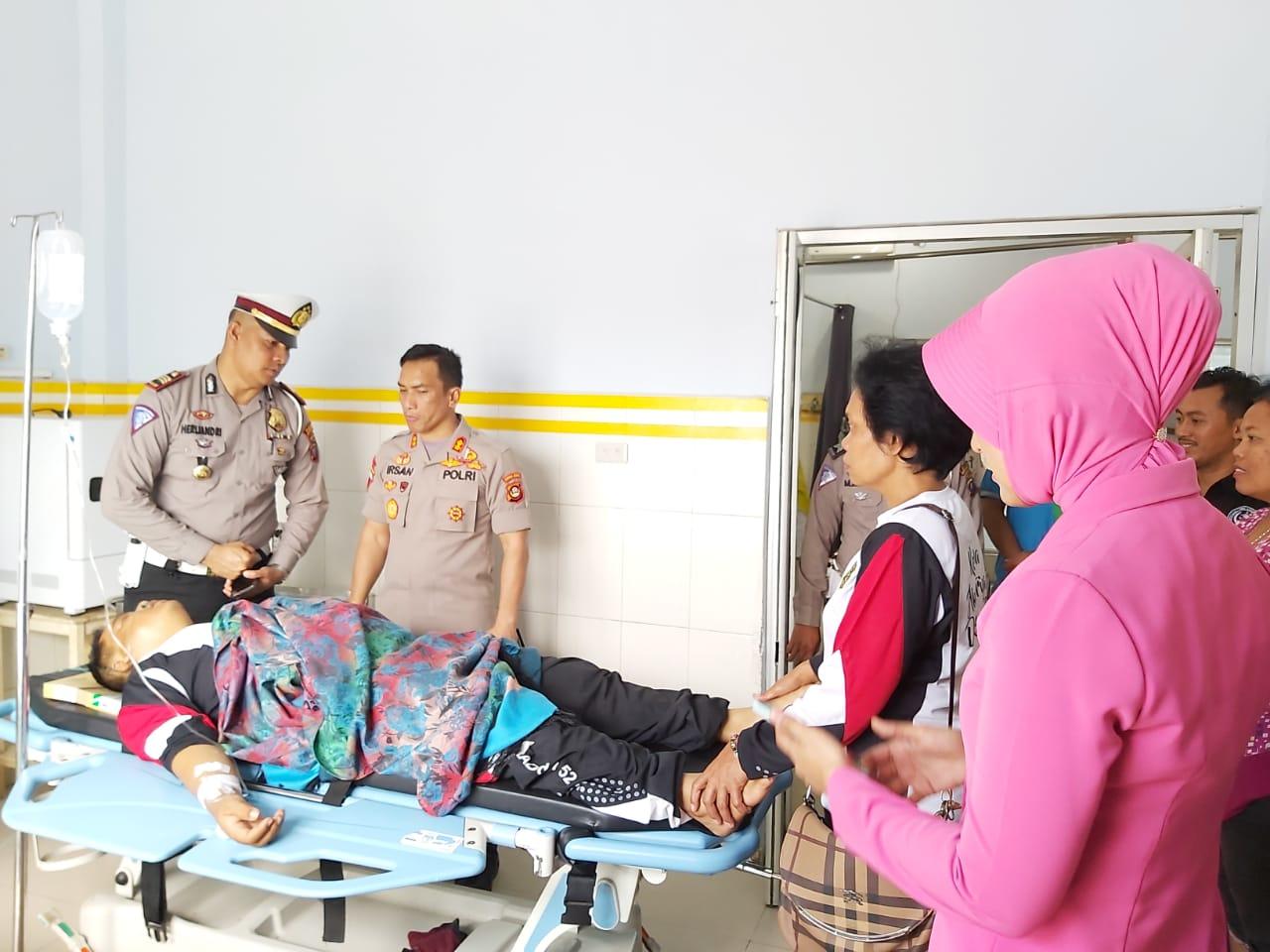 Kapolres Madina Dan Istri Besuk Pemudik Asal Jawa Barat Yang Mengalami Musibah Kecelakaan