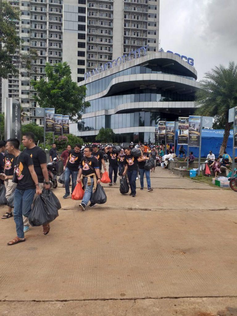 Depan gedung Daan Mogot City Di Jadikan Tempat Mengungsi Dan Butuh Perhatian Pemerintah