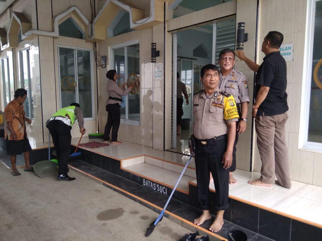 Polri Peduli, Polsek Neglasari Kerja Bhakti Bersihkan Masjid Nurul Jannah