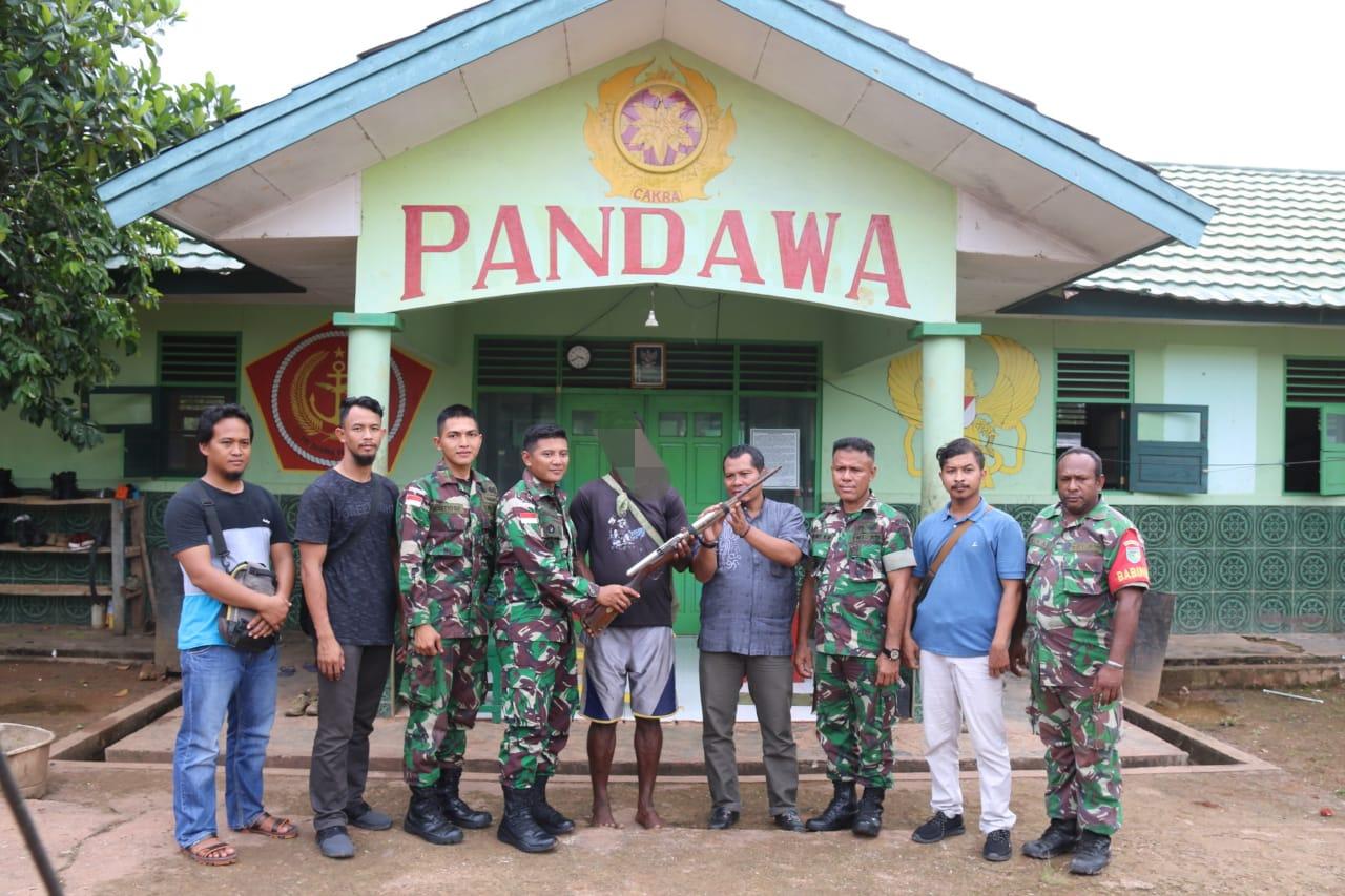 Keluarga Eks TPN-OPM Serahkan Senjata Api Kepada Satgas Yonif MR 411 Kostrad