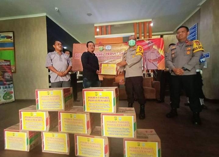 Pewarta Pokja Terima Donasi 100 Mie Instan Dari Polres Tangsel