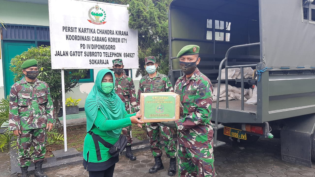 Peduli Sesama, Persit KCK Koorcab Rem 071 Peringati HUT Ke 74 Bagikan Paket Sembako