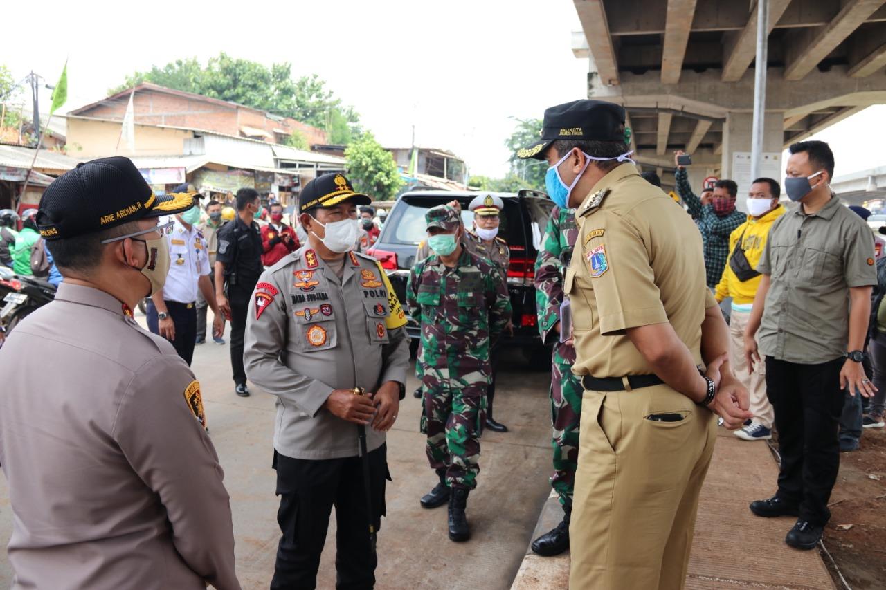 Kapolda Metro Jaya Bersama Pangdam Jaya Check Pelaksana PSBB Dan Distribusi Sembako Dibagikan Ke Masyarakat