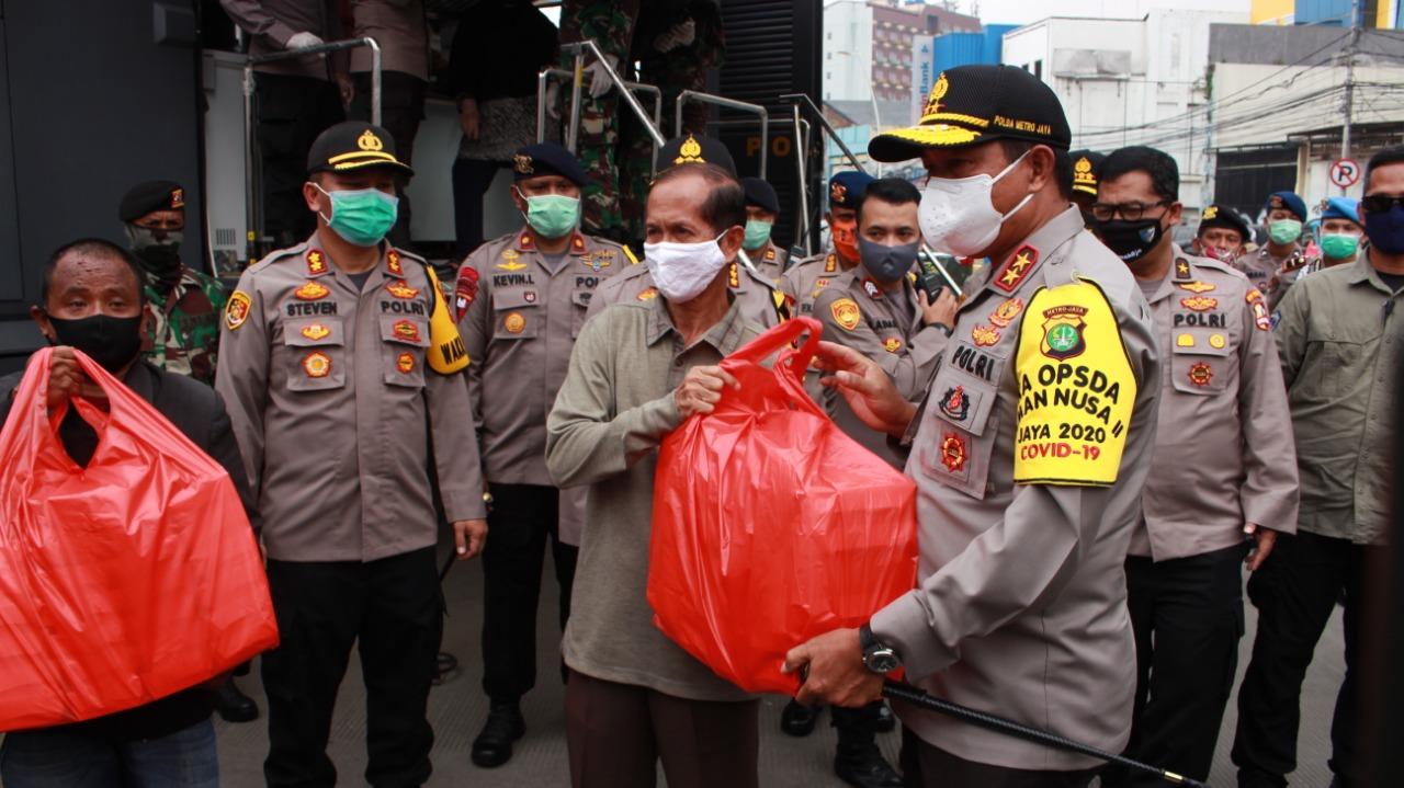 Kabaharkam Komjen Pol Drs Agus Andrianto Dan Kapolda Metro Jaya  Kunjungi Dapur Umum Covid -19