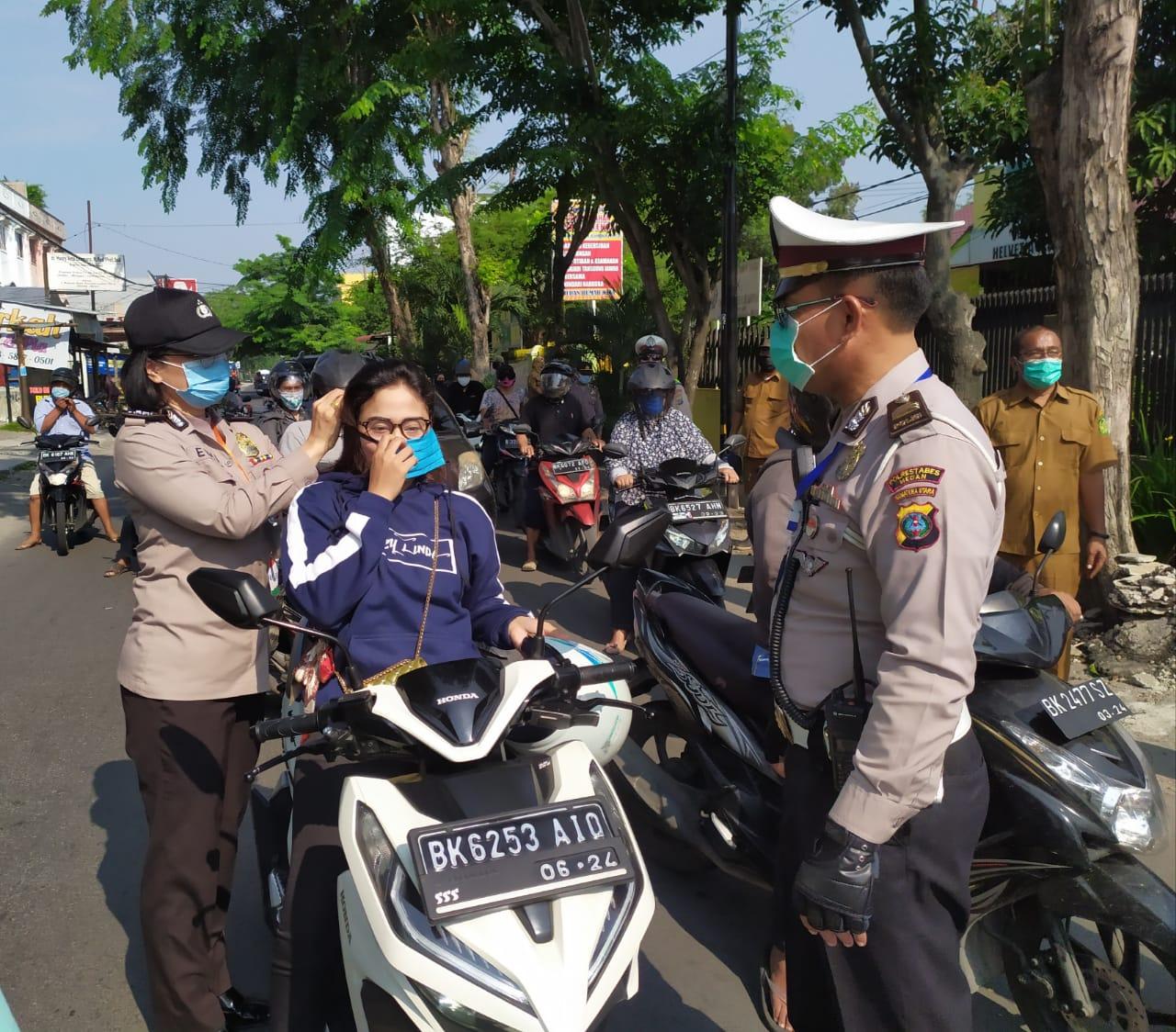 Rayakan Hari Kartini, Polwan Polsek Medan Helvetia Bagikan 1000 Masker Ke Masyarakat