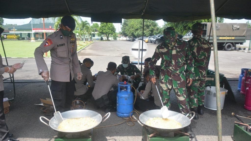Sinergitas TNI-Polri Gelar Dapur Lapangan Atasi Dampak Pandemi Covid-19