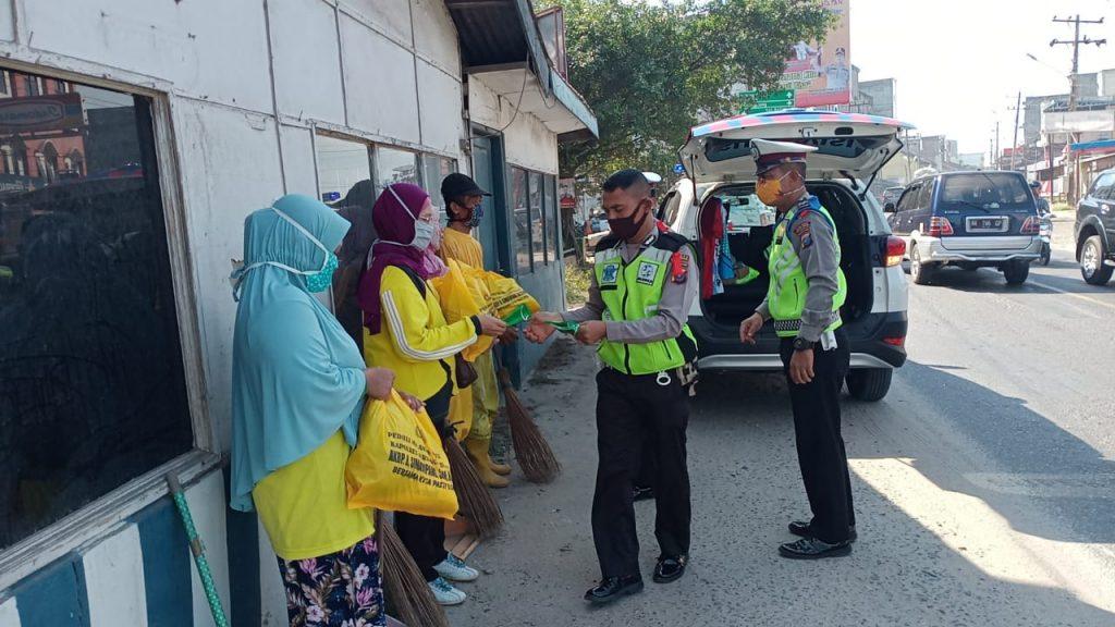 Gelar Bakti Sosial, Sat Lantas Polres Sergai Bagikan 30 Paket Sembako Tukang Sapu Jalanan