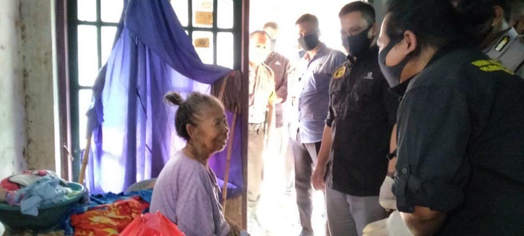Dengan Berlinang Airmata, Nenek Sukenah Ucapkan Terimakasih kepada Tim Jum'at Barokah Polda Banten