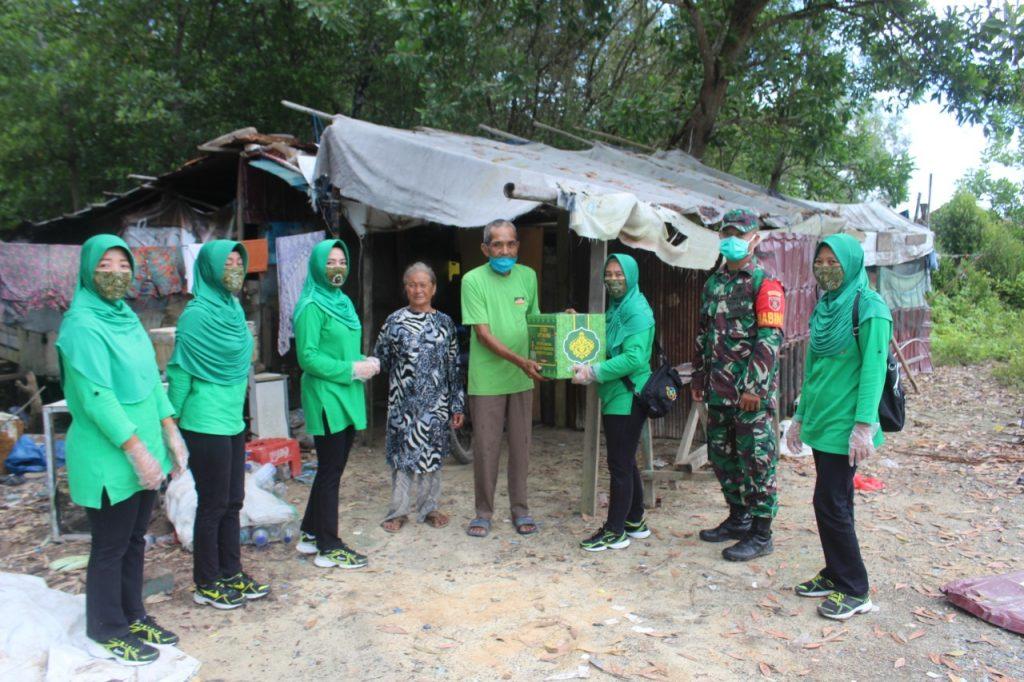 Ibu Hety Andhika Perkasa Bersama Persit Kartika Chandra Kirana Cabang LXV Kodim 0913 PPU Bagikan Sembako
