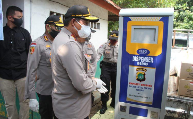 Polres Metro Jakarta Barat Mengoperasikan Dispenser Beras Kepada Masyarakat Terdampak Covid 19