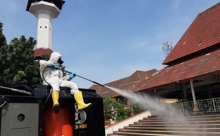 Putus Rantai Penyebaran Covid-19, Brimob Banten Semprotkan Disinfektan Ke Fasilitas Publik & Tempat Ibadah