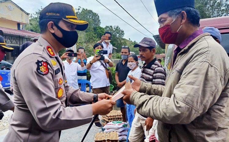 Kapolres Samosir Serahkan Bantuan kepada Korban Angin Puting Beliung
