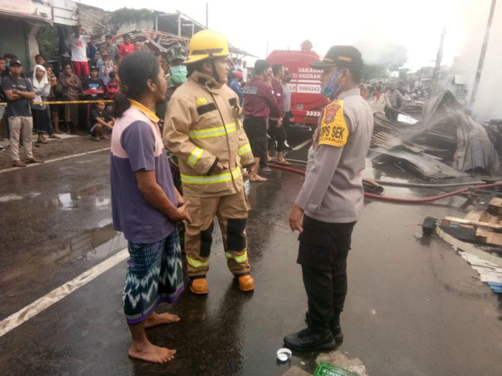 Kapolsek Pakuhaji Polres Metro Tangerang Kota Meninjau Kejadian Kebakaran Usaha Lapak Limbah Palet