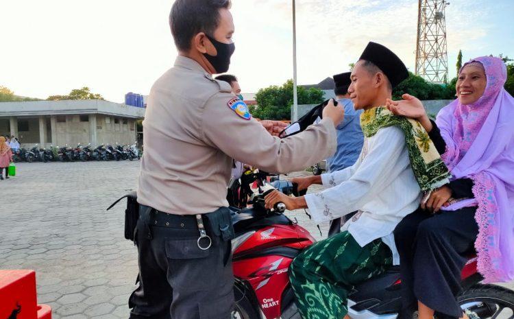 Personel Bhabinkamtibmas Polres Cilegon Bagikan Masker Kepada Masyarakat Yang Melakukan Sholat Idul Fitri