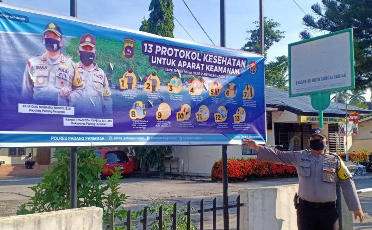New Normal Padang Pariaman : Kapolres Pasang Spanduk Protokol Kesehatan Di Polsek Jajaran