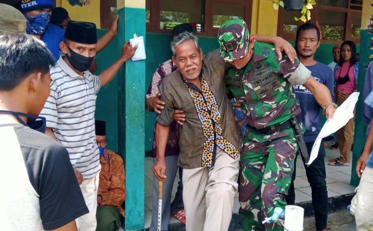 Babinsa Kodim 0602/Serang, Bopong Kakek Tua Untuk Terima BLT