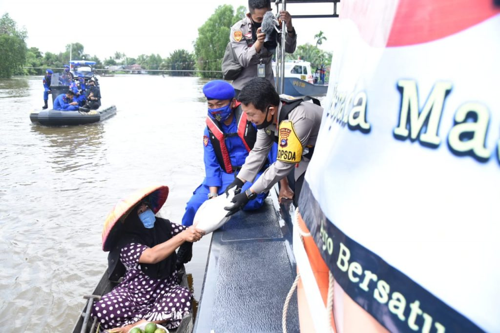 "Peduli Warga Banua, Kapolda Kalsel ""Jemput Bola"" Bagikan Bantuan Warga Penderita Penyakit Hydrocephalus"