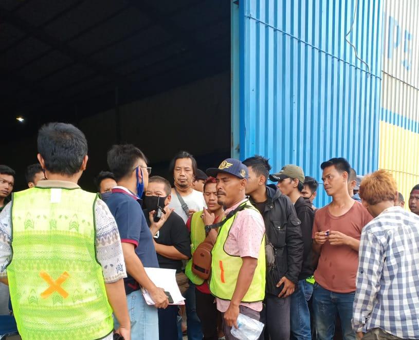 Buruh Angkut Gak Terima Upahnya Di Potong, Bulog Kelapa Gading Di Demo