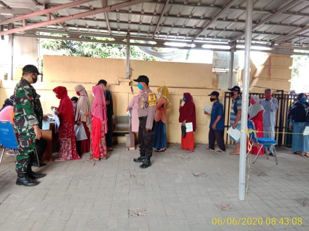 Polri Bersama TNI, Amankan Kegiatan Penyaluran Bansos Pemerintah, Kepada Warga Terdampak Covid-19