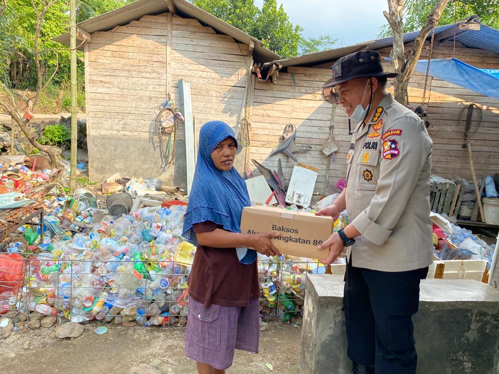 Kombes pol M Indra Gautama Alumni AKABRI 89 TNI-Polri Membagikan Paket Sembako Kepada Masyarakat Diwilayah Kabupaten Serang