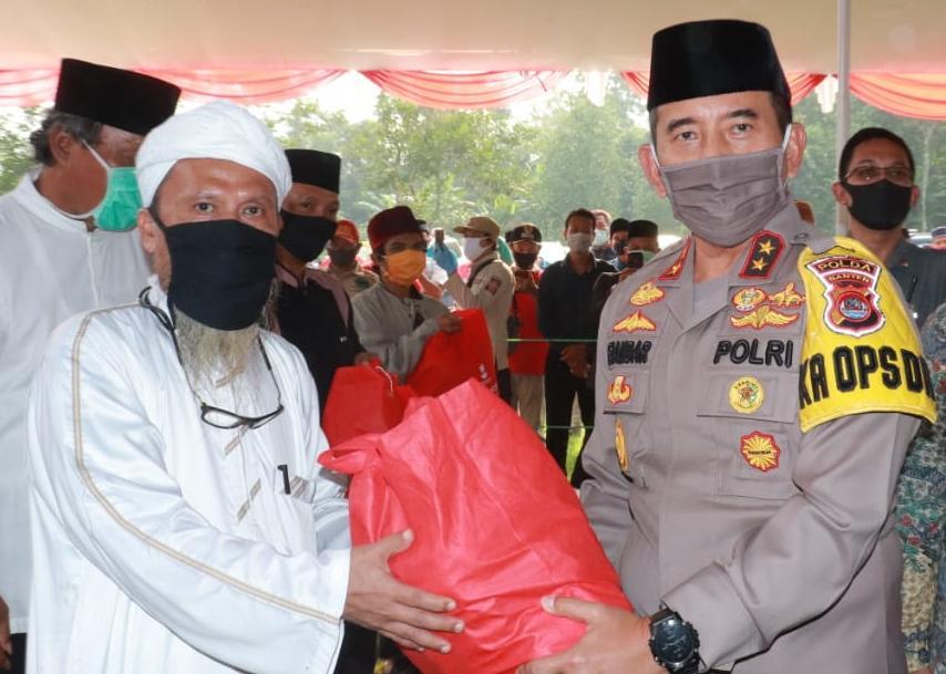 Kapolda Banten Bagikan Ribuan Sembako Jelang Hari Bhayangkara ke 74