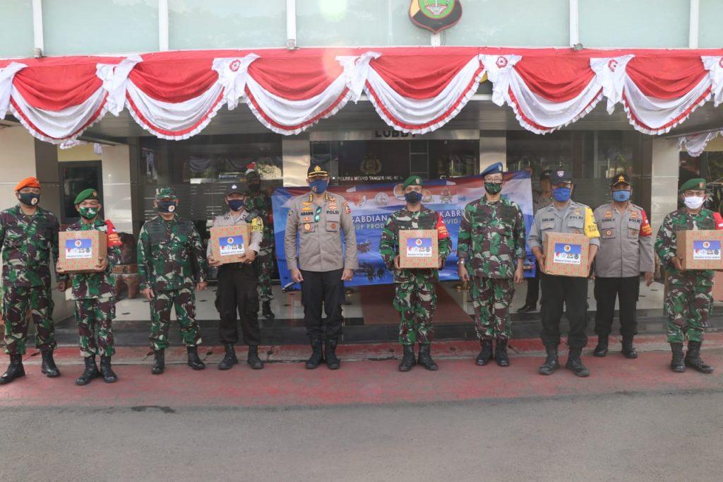 Warga Tangerang Mengalungkan Bunga Kepada Alumni AKABRI 89 Dan Menggelar Baksos Di Wilayah