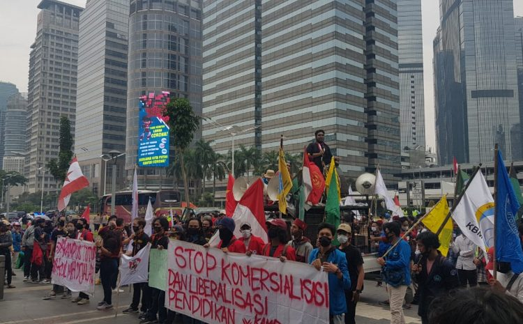 Usut Korupsinya Dan Hentikan Komersialisasi Pendidikan Ratusan Mahasiswa Geruduk Kantor Nadiem Makarim