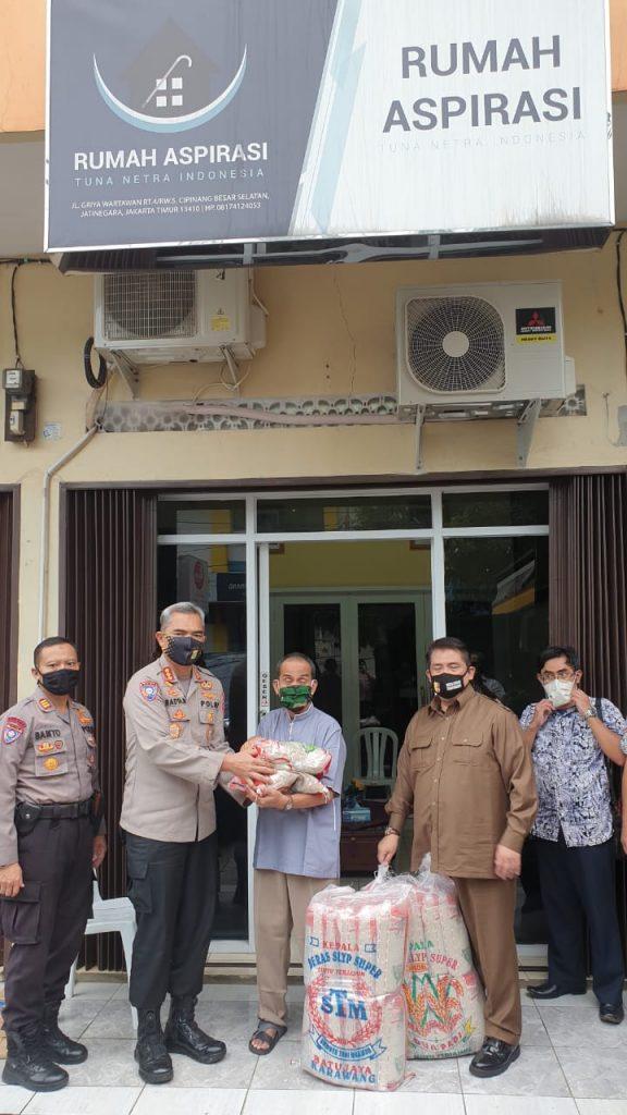HUT Bhayangkara Ke 74 Kapolda Metro Jaya Berikan Beras 1,5 Ton Ke Tuna Netra