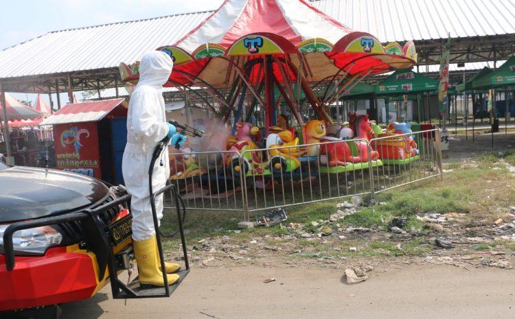Den Gegana Brimob Banten Semprotkan Disinfektan Di Taman Dan Pasar Di Kota Serang