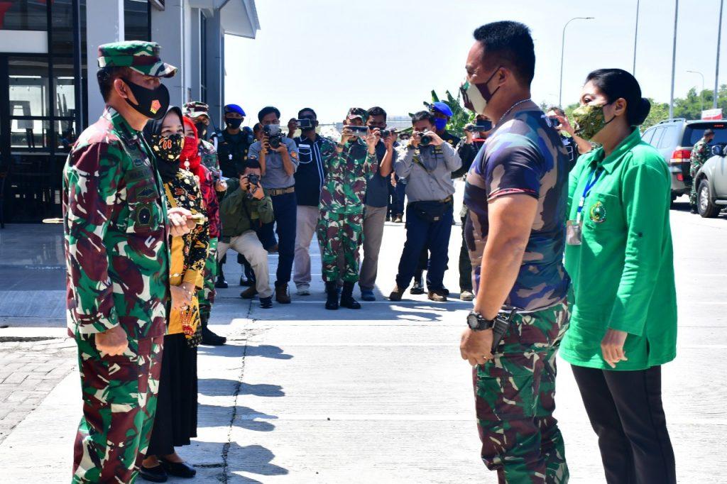 Danrem Dan Ketua Persit Korem 081/DSJ Sambut Kasad dan Ketum Persit Di Rest Area KM 575 Ngawi