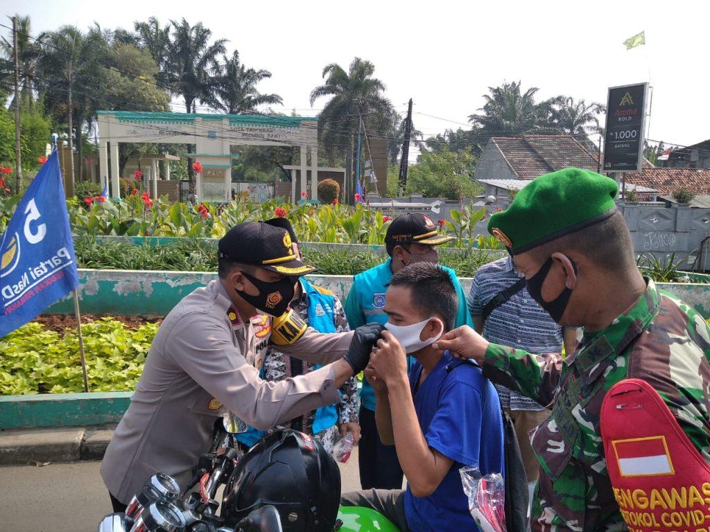 Polsek Ciputat Timur Dan Petugas Gabungan Forkopimda Bagikan 10,000 Masker