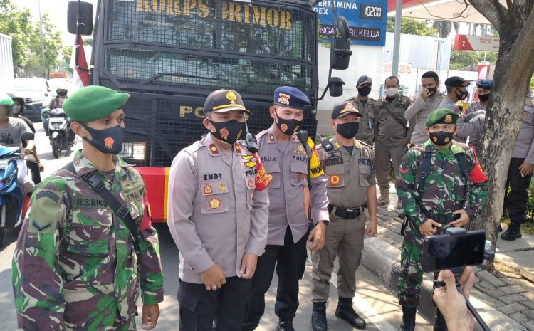 Polsek Ciputat Timur Bersama Brimob Melakukan Kegiatan Penyemprotan Dispektan Mencegah Penyebaran Virus Covid 19