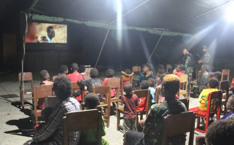 Hiasi Masa Kecil Anak Perbatasan, SATGAS PAMTAS RI-PNG Gelar Nonton Bersama Di Tapal Batas