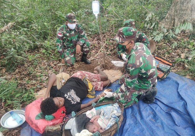 Peduli Terhadap Sesama,PersonelSatgas Yonif 125Bantu Persalinan Warga Papua