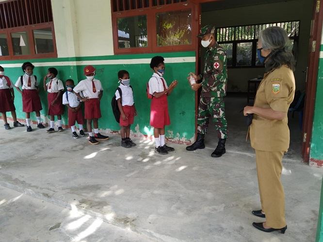 Satgas Pamtas RI-PNG Yonif 413 Kostrad Sosialisasikan Pencegahan Covid-19 Di SD Inpres Yowong