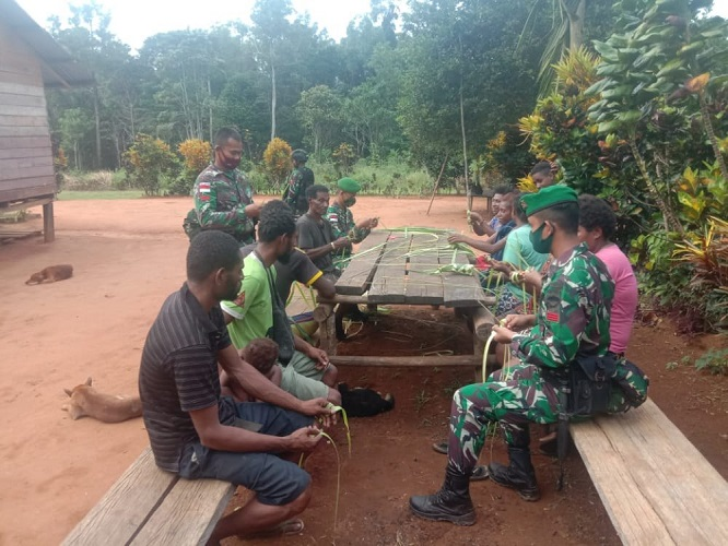 Prajurit Satgas PamtasYonif 125/Simbisa Ajari Warga Cara Membuat Ketupat