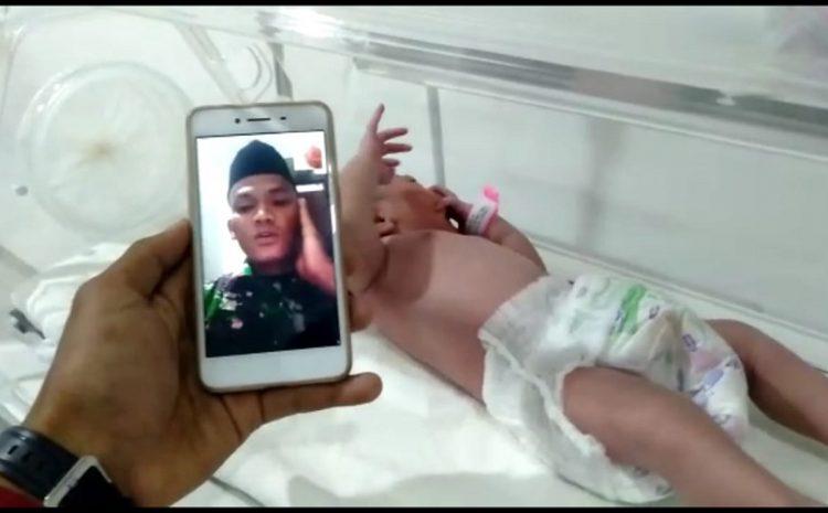 """Terharu"" Seorang Prajurit Perbatasan Mengadzani Kelahiran Putrinya Via Video Call"