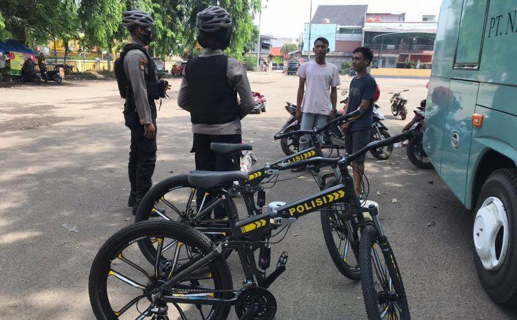Sambil Bersepeda, Personel Ditsamapta Berikan Himbauan Kepada Masyarakat