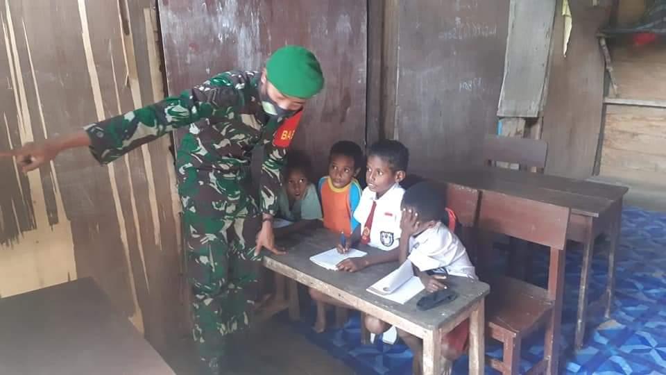 Guru Honorer Tak Di Gaji, Danramil Lakukan Komsos dan Mengajar Anak Sekolah
