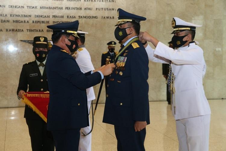 Panglima TNI Sematkan Bintang KehormatanRepublik Indonesia Kepada Kepala StafAngkatan
