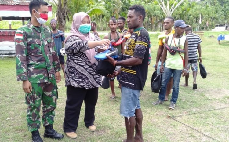 Satgas Yonif MR 413 KostradBersama Yayasan YP2MBagikan Sepatu Bola Kepada Pemuda Papua