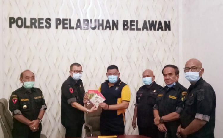 Ketua KBPP Polri Sumut Hilmar Serahkan Cendramata Buku Ke Waka Polres Belawan Kompol Herwansyah