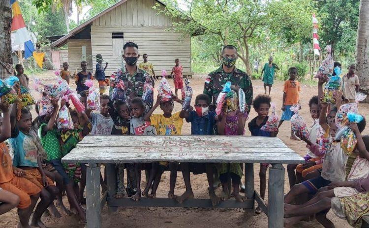 Satgas Yonif 125 Gandeng MJC Bagikan Bingkisan & Pakaian Untuk Anak-anak Kampung Kondo