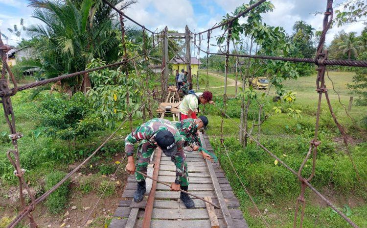 Satgas Pamtas Yonif 642/Kapuas Bersama Masyarakat Perbaiki Jembatan Rusak