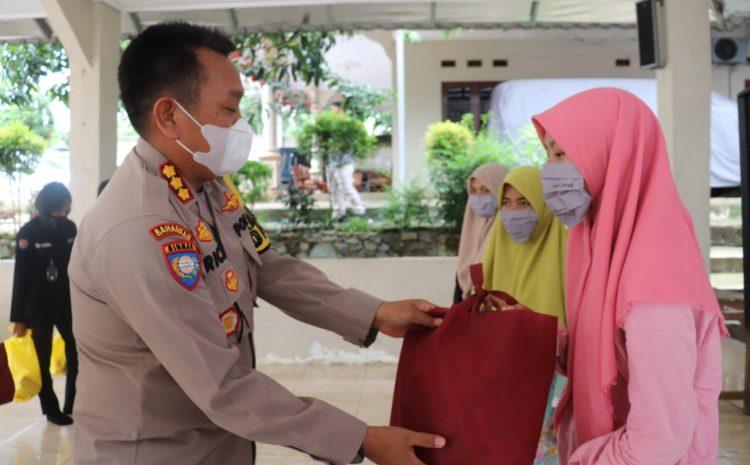 Gelar Kegiatan Jumat Barokah, Polda Banten Salurkan Puluhan Paket Sembako Kepada Ponpes Al-Fathaniyah