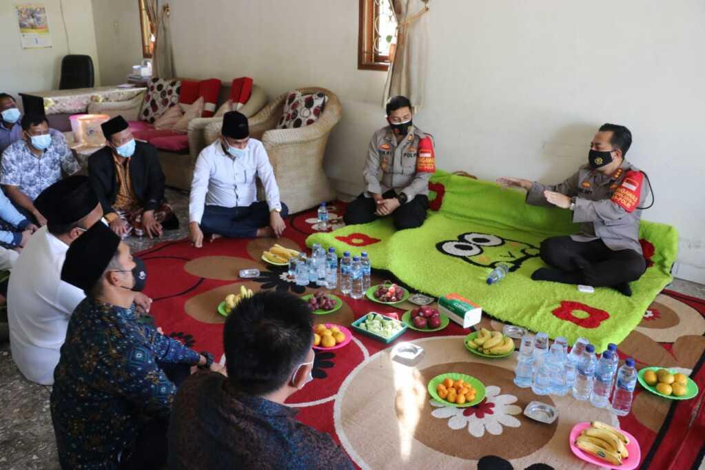 Kunjungan Ke Desa Sindang Jaya, Kapolresta Tangerang Minta Kades Awasi Protokol Kesehatan